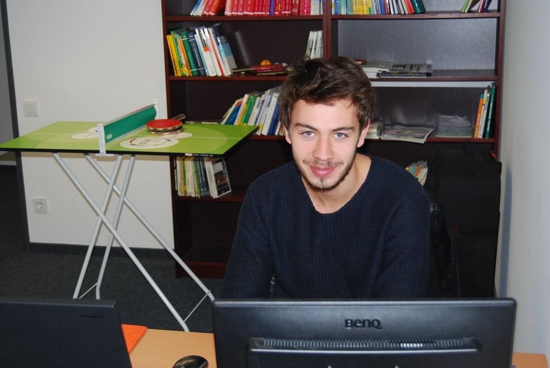 Alban an seinem Schreibtisch