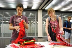 Sebastian und Celine bei der Ausgabe der Volunteers-Einkleidung