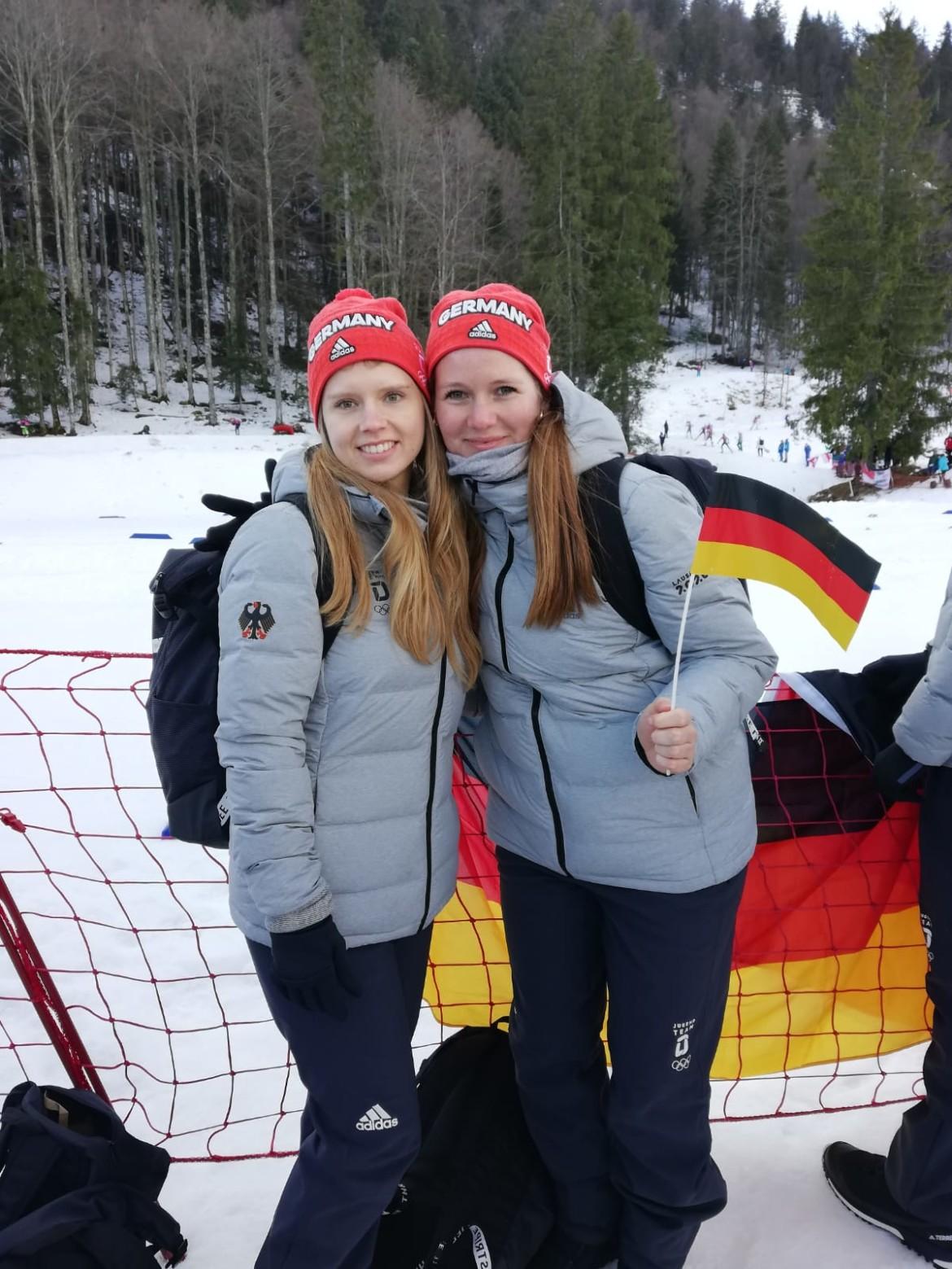 Kerstin und Sabrina beim Anfeuern an der Biathlonstrecke.