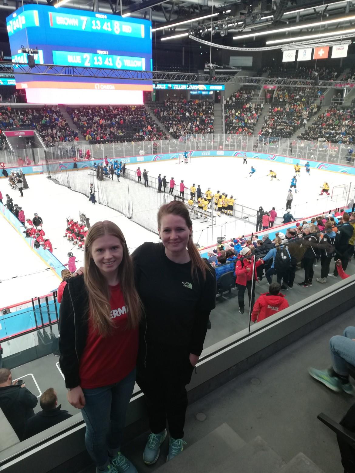 Kerstin und Sabrina in der begeisternde Atmosphäre beim 3x3 Eishockey in der Eisarena der Youth Olympic Games 2020.